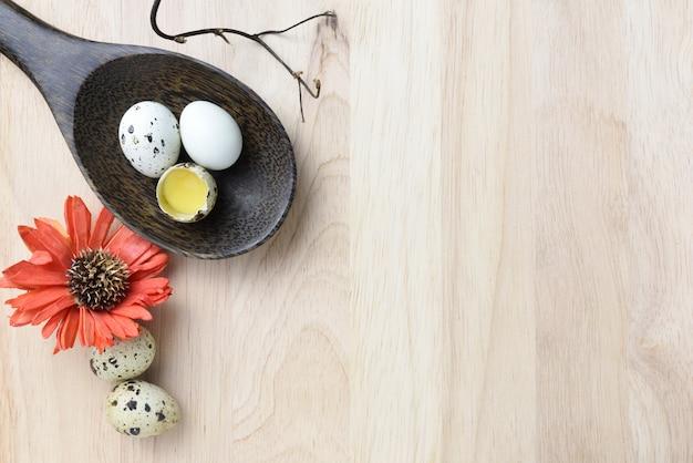 Studio van eieren op een houten achtergrond wordt geschoten die. Premium Foto