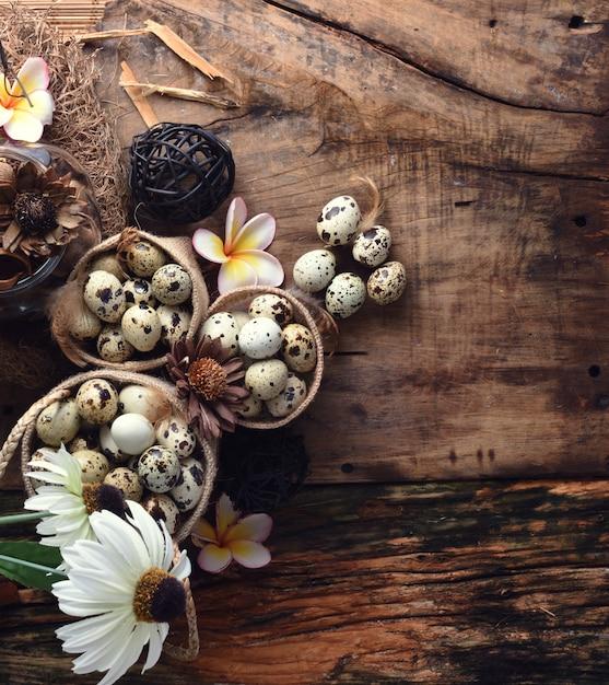 Studio van eieren op een zwarte houten achtergrond wordt geschoten die Premium Foto