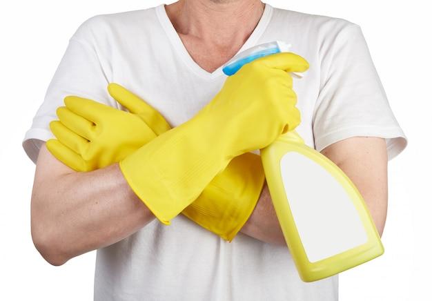 Studioschot van een mens die met rubberhandschoen een schoonmakende nevelfles houden Premium Foto