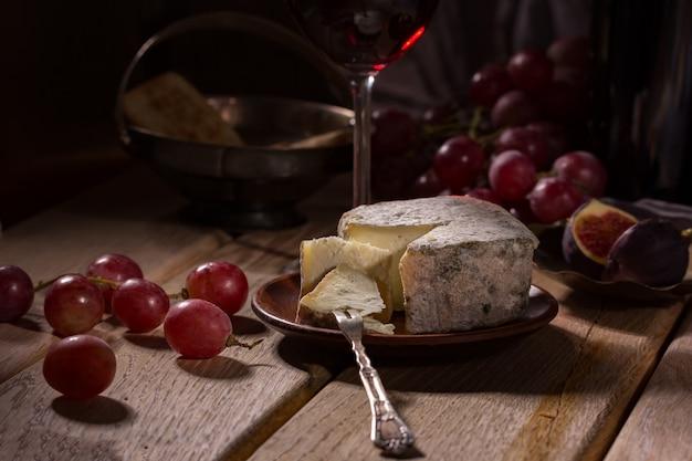 Stuk blauwe kaas op een kleine vork. Premium Foto