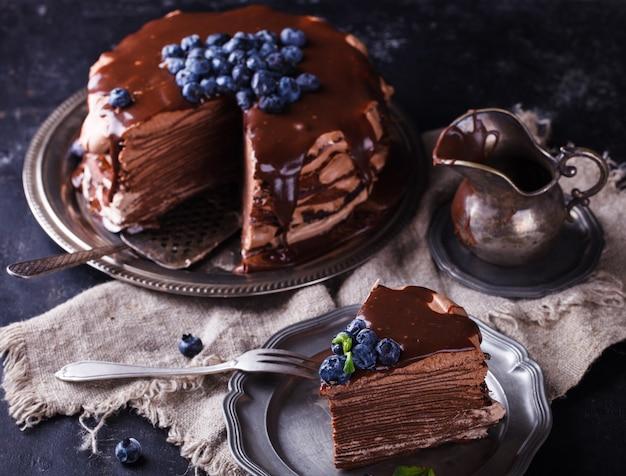 Stuk chocoladetaart van chocoladekannekoeken met suikerglazuur Premium Foto