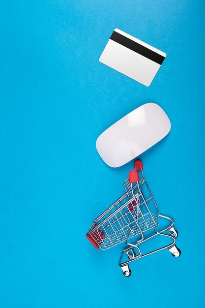 Stuk speelgoed boodschappenwagentje op blauwe hoogste mening als achtergrond Premium Foto