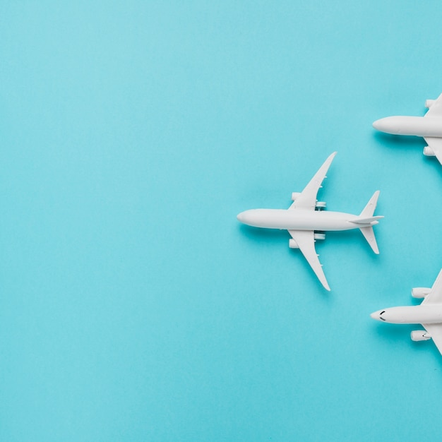 Stuk speelgoed vliegtuigen op blauwe achtergrond Gratis Foto
