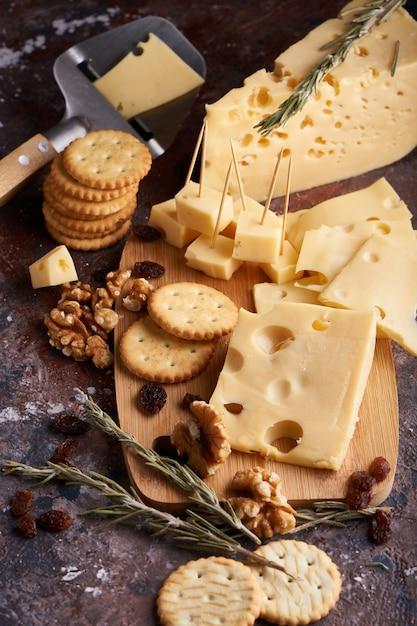 Stukken kaas, noten, rozijnen, snacks voor wijn. eetlustige kopie ruimte Premium Foto
