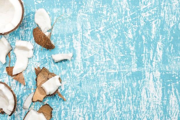 Stukken kokosnoot met exemplaarruimte Gratis Foto