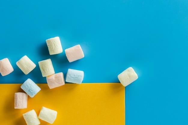 Stukken marshmallow op blauwe ondergrond Gratis Foto