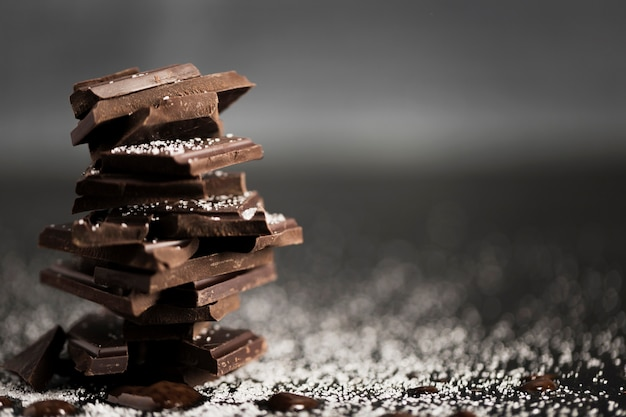 Stukken van chocolade in een stapel en kopie ruimte Gratis Foto