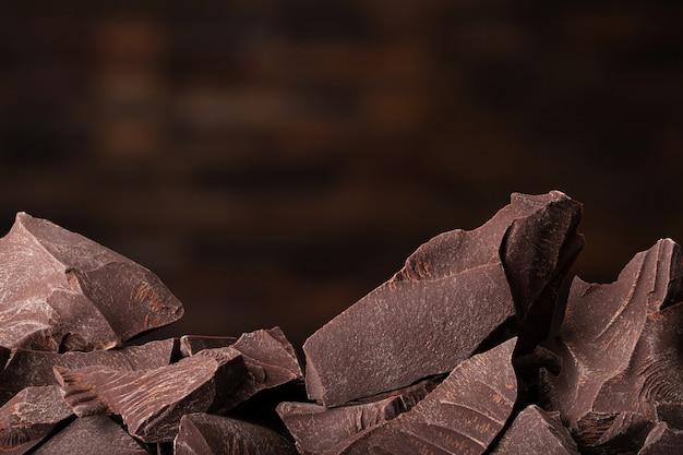 Stukken van donkere chocolade en snoep, dessert eten Premium Foto