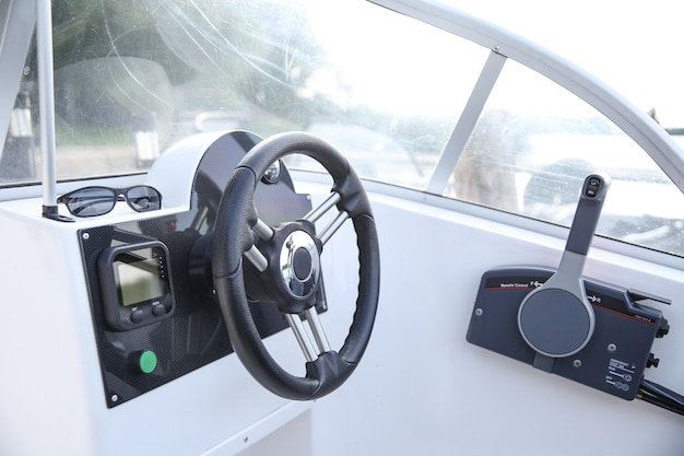 Stuurwiel en kuip van de witte motorboot Premium Foto