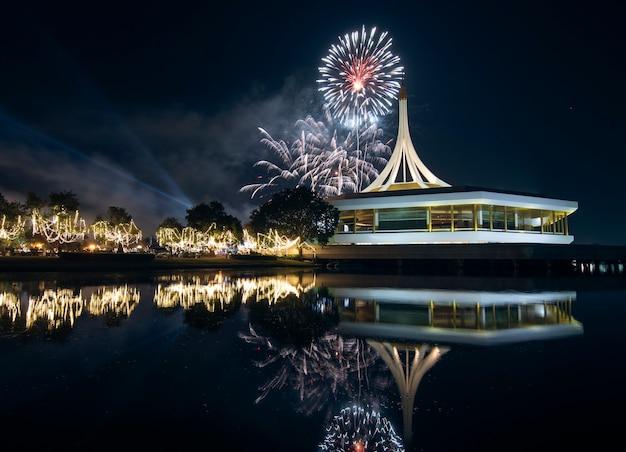 Suan luang koninklijke tuin rama ix met vuurwerk en reflex op water 's nachts. Premium Foto