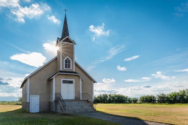 Suburst over de torenspits van de historische lutheran kerk van nordland in saskatchewan, canada Premium Foto