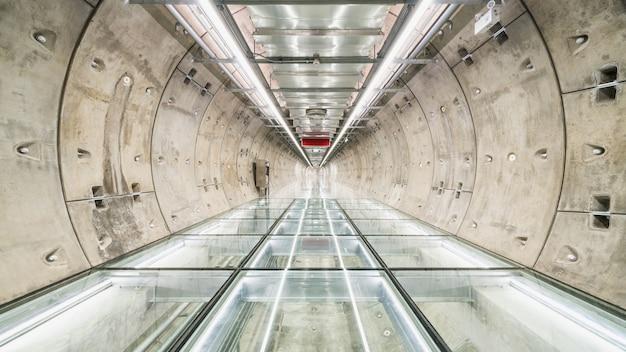 Subway tunnel loopbrug zonder mensen Premium Foto