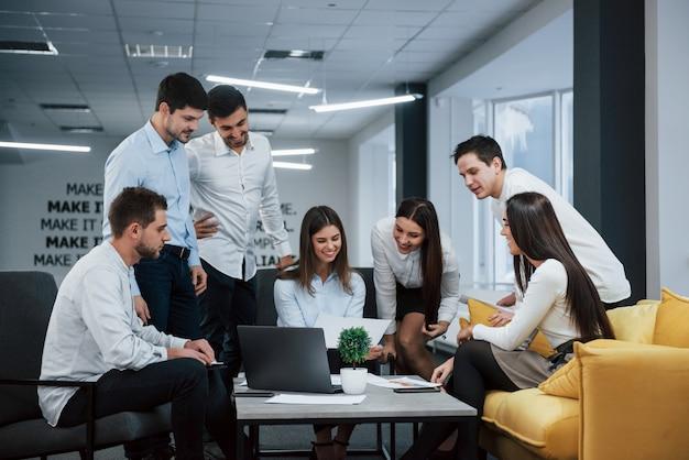 Succes. groep jonge freelancers op kantoor hebben een gesprek en glimlachen Gratis Foto