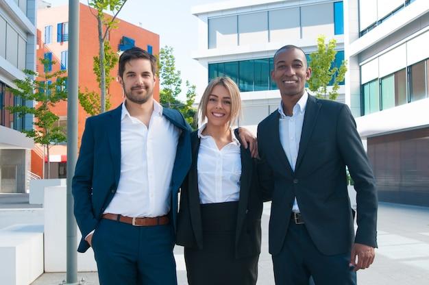 Succesvol multi-etnisch commercieel team Gratis Foto