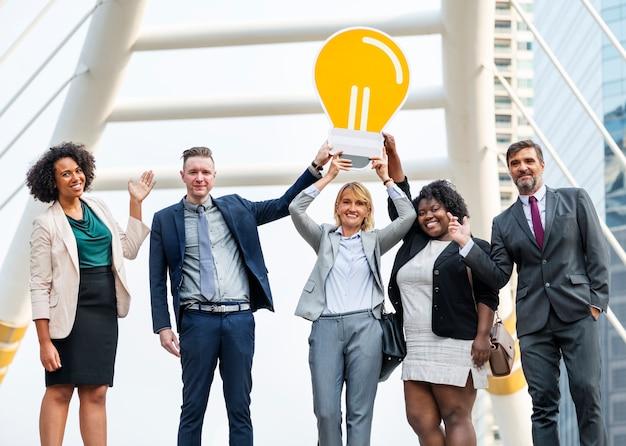 Succesvolle bedrijfsmensen met ideeën Gratis Foto