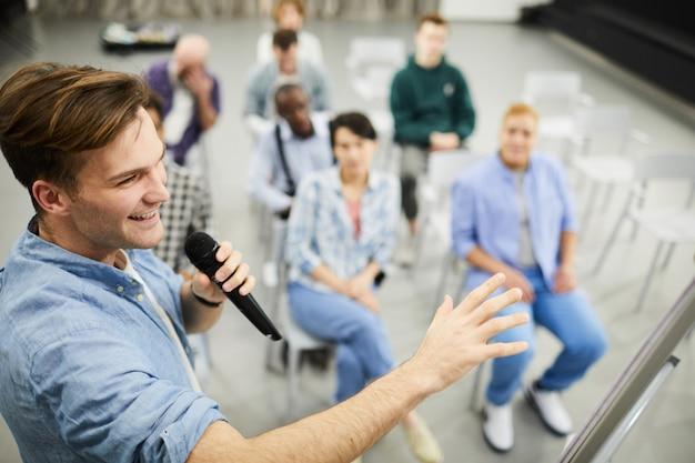 Succesvolle business coach presenteren verkoopstrategie Premium Foto
