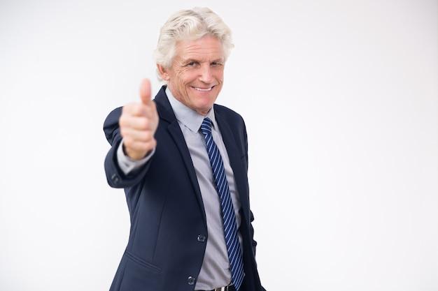 Succesvolle hogere zakenman blijkt thumbs up Gratis Foto
