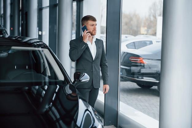 Succesvolle man. moderne stijlvolle bebaarde zakenman in de auto-sedan Gratis Foto