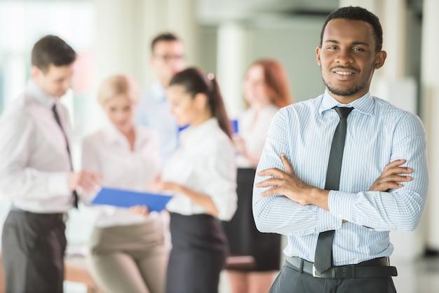 Succesvolle man op kantoor die een commercieel team leidt. Premium Foto
