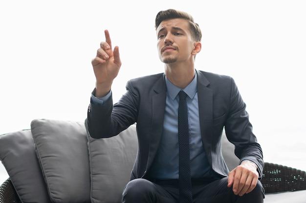 Succesvolle man probeert te obers aandacht Gratis Foto