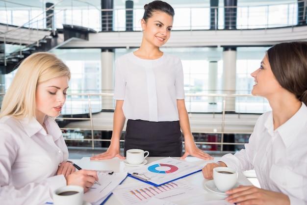 Succesvolle marketoloog die nieuw businessplan voorstelt. Premium Foto