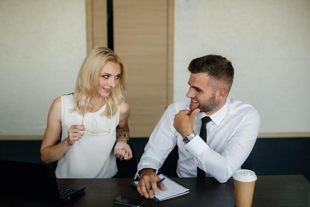 Succesvolle medewerkers op kantoor bespreken nieuwe projecten. bedrijfsfinanciering Premium Foto