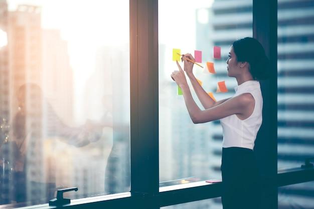 Succesvolle teamleider en bedrijfseigenaar die de informele interne zakelijke bijeenkomst leidt. Premium Foto