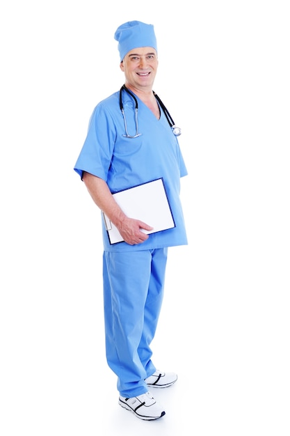 Succesvolle volwassen mannelijke chirurg met een map van de glimlachholding Gratis Foto