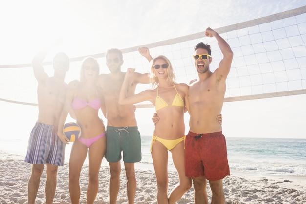 Succesvolle vrienden na het spelen van volleybal Premium Foto