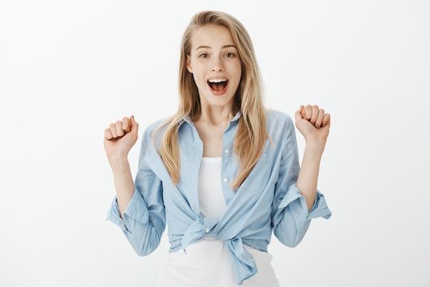 Succesvolle vrouwelijke ondernemer in blauw kraagoverhemd Gratis Foto