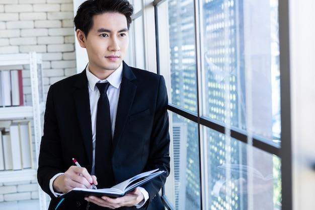 Succesvolle zakenman in een pak werken Premium Foto