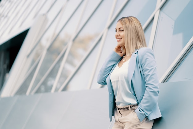 Succesvolle zakenvrouw in blauw pak Gratis Foto