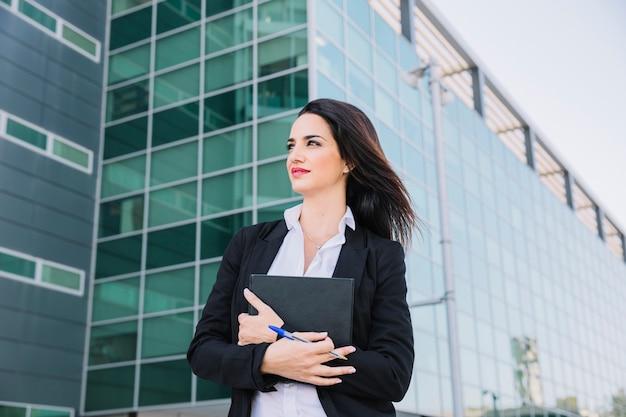 Succesvolle zakenvrouw met map Gratis Foto
