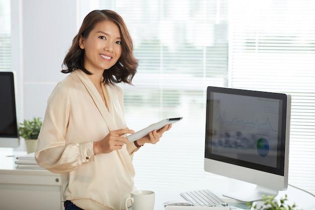 Succesvolle zakenvrouw op kantoor Gratis Foto