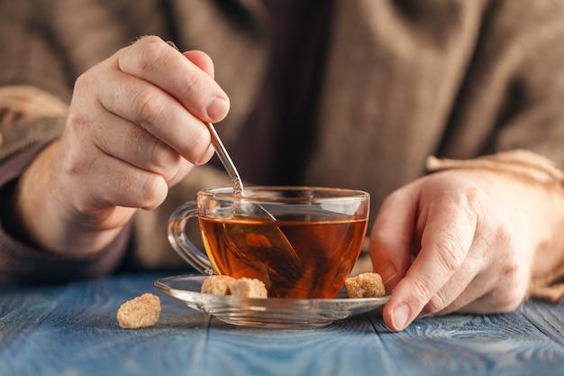 Suiker dompelen in hete thee Premium Foto