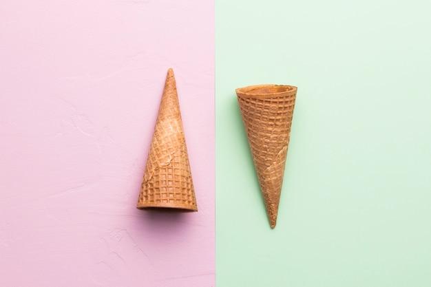 Suikerkegels op verschillende kleurenachtergrond Gratis Foto