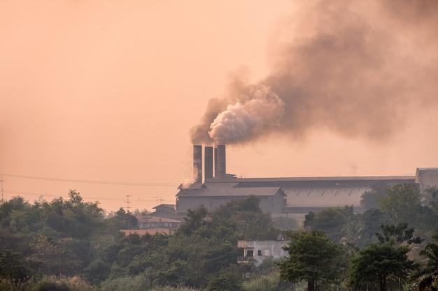 Suikerrietfabriek brandt met vervuilingsrook uit schoorstenen Premium Foto