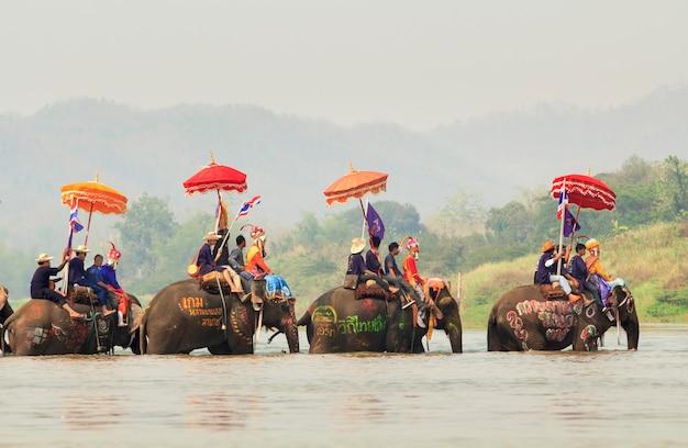 Sukhuthai, thailand-april 7: songkran-festival, een ceremonie van niet-geïdentificeerde jongens in het district srisatchanalai om beginnende monnik te worden Premium Foto