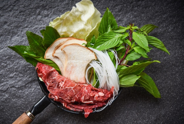 Sukiyaki zet shabu shabu met vleesbeef snijdt noodle paddestoel en verse groenten op pot Premium Foto