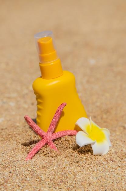 Sunblock op het strand. zon bescherming. selectieve aandacht. Premium Foto