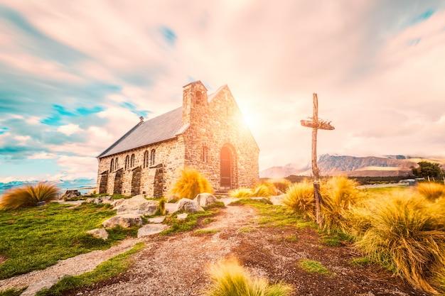 Sunny landskape met een kerk Gratis Foto