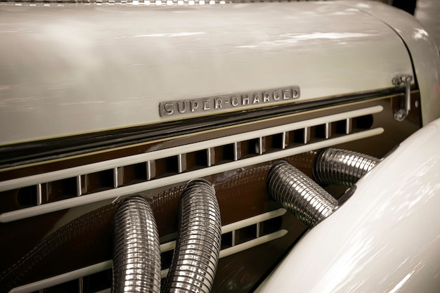 Super-geladen. retro-engine met de woorden supercharged. Premium Foto