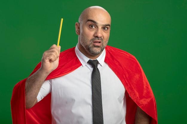 Super held zakenman in het rode potlood van de kaapholding verrast met nieuw idee Gratis Foto