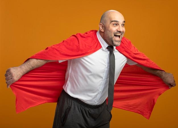 Super held zakenman in rode cape blij en positief gaat vliegen met zijn cape Gratis Foto