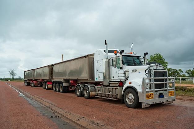 Super lange goederenwagen gebruikt voor lang goederenvervoer in australië Premium Foto