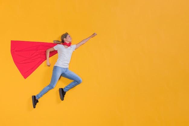 Superheld vliegt door de lucht Gratis Foto