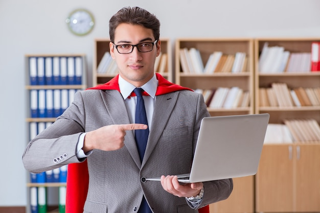 Superheld zakenman werken op kantoor Premium Foto