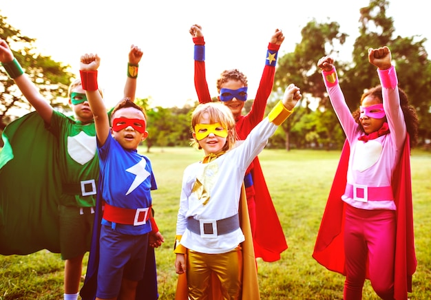 Superhelden kids friends playing togetherness concept Premium Foto