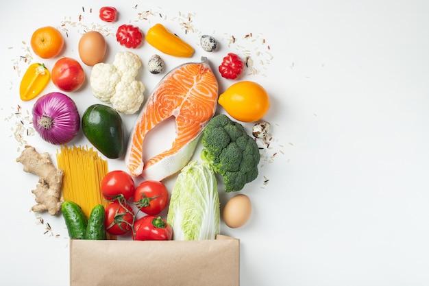 Supermarkt. papieren zak vol met gezond voedsel. Premium Foto