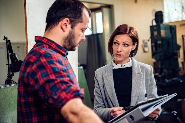 Supervisor van de fabriek in gesprek met ontevreden werknemers Premium Foto